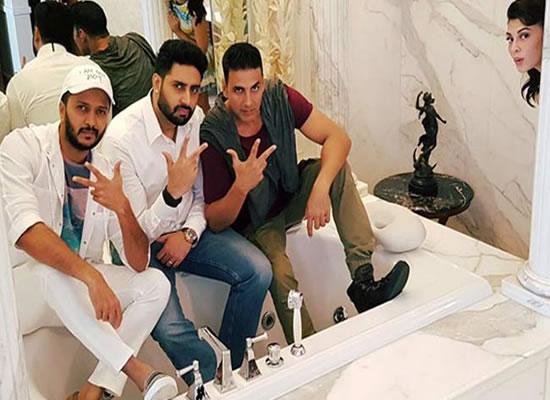 Who photobombed Akshay Kumar, Abhishek Bachchan and Riteish Deshmukh in bathtub?