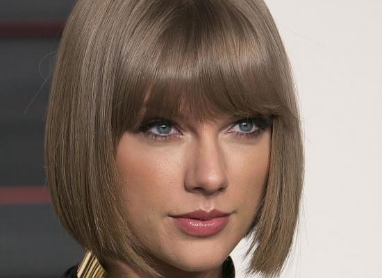 Taylor Swift shocks fans by deleting all posts from her social media accounts!