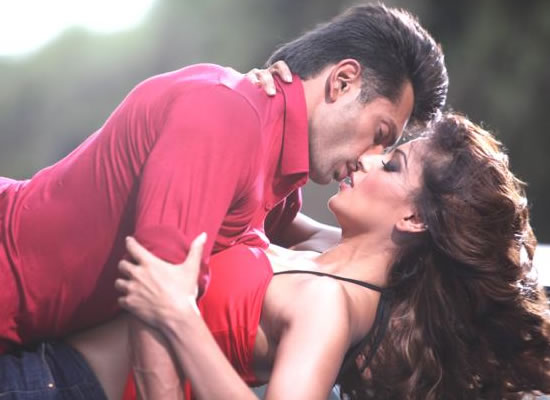 Bipasha Basu and Karan Singh Grover's sizzling chemistry in their next 'Alone'!