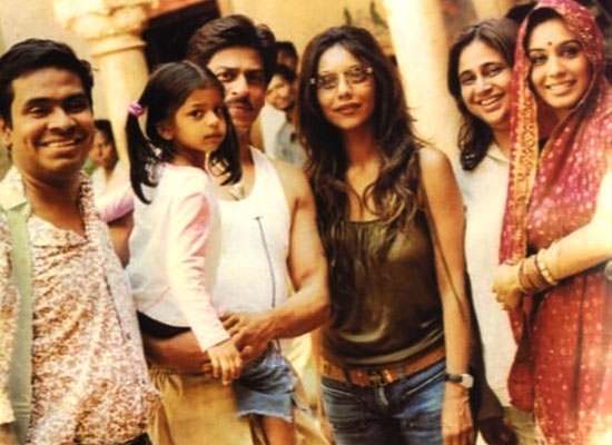 SRK's lovely moments with baby Suhana, Gauri and Rani Mukerji from sets of Paheli
