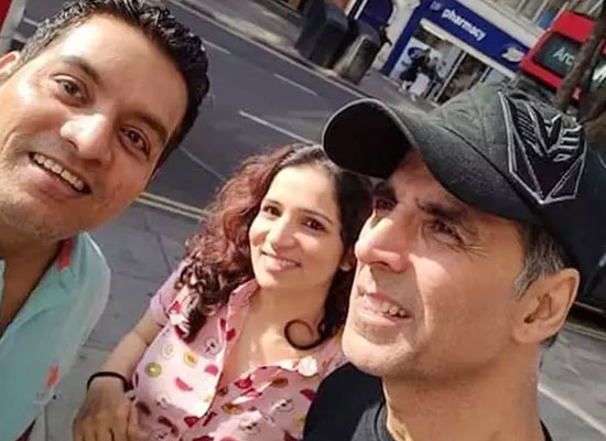Akshay Kumar poses for a selfie with fans in London!