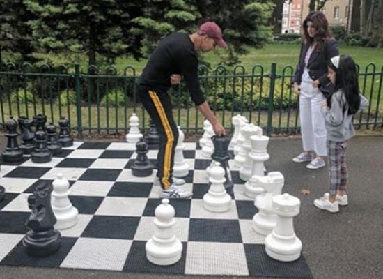Twinkle Khanna to play chess with hubby Akshay Kumar and daughter Nitara!